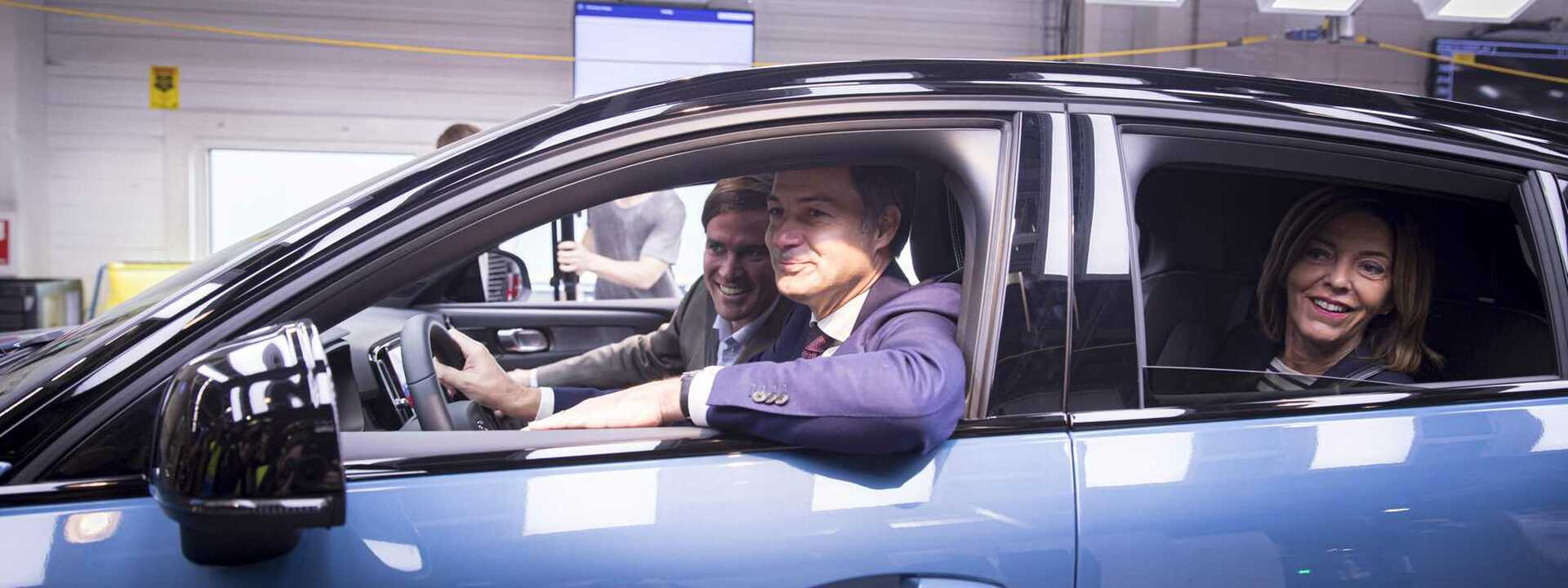 Volvo Car Gent start productie elektrische C40 Recharge: Premier De Croo rijdt eerste wagen van de lijn